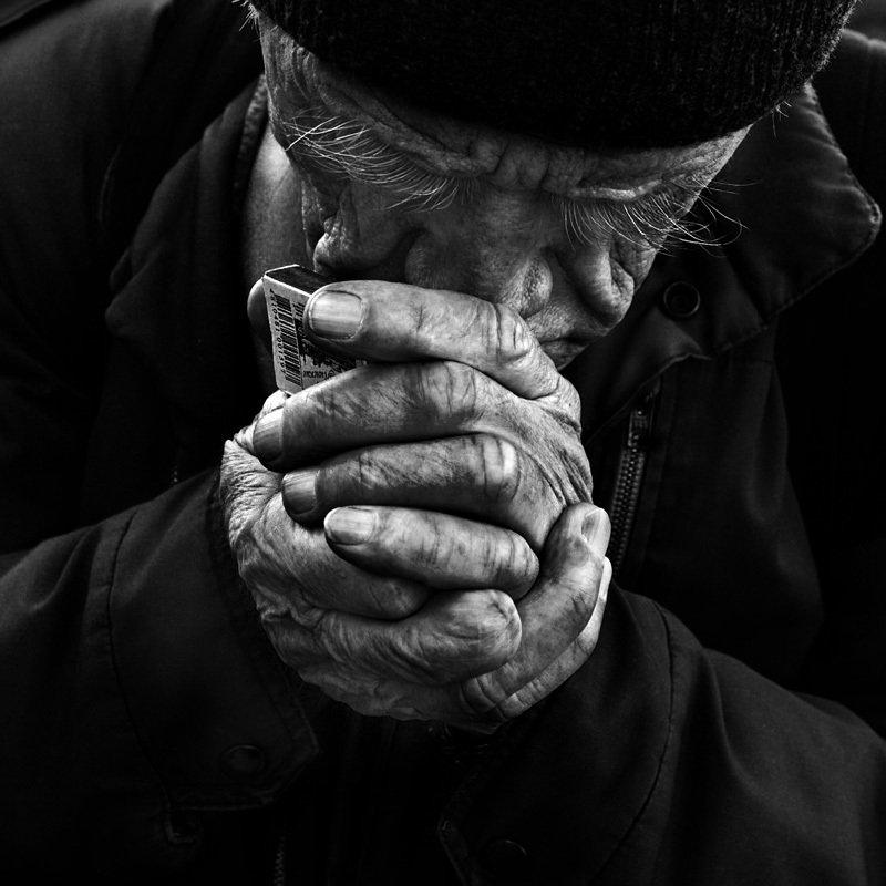портрет, юрий_калинин, лица, черно_белое, юрец, уличная_фотография, люди на ветруphoto preview