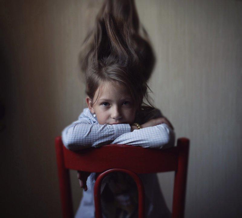 постановочный портерт девочка красный стул ***photo preview