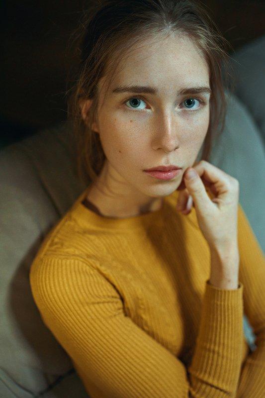 portrait, портрет, girl, indoor, yellow, studio, девушка, молодость, nowember, ламповый, retouch, ретушь, цвет, lamp, traces Irinaphoto preview