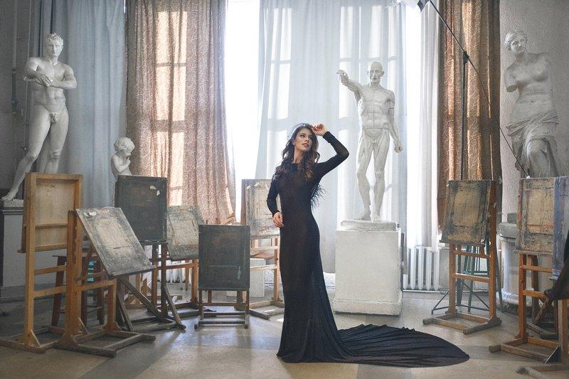арт мастерская, скульптуры, статуи, художественное фото, девушка и статуи Искусствоphoto preview