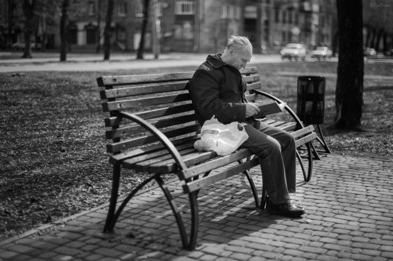 мужчина,жанр,улица,портрет,скамейка,книга Старый, добрый гаджет ...photo preview