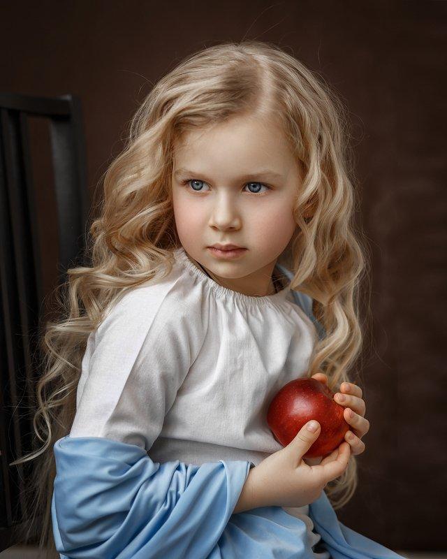 девочка, дети, яблоко, портрет, детский портрет Дашаphoto preview