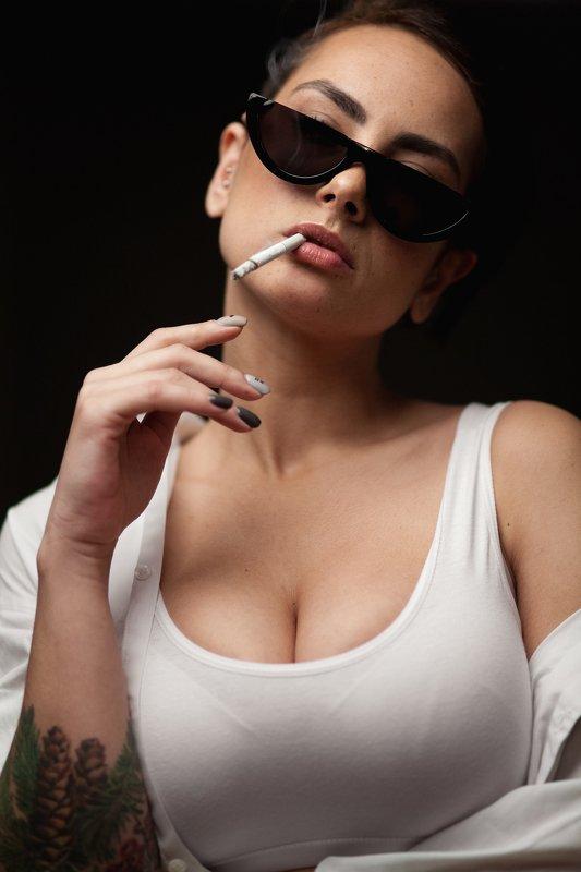 девушка, сигарета, портрет, в очках Сабринаphoto preview
