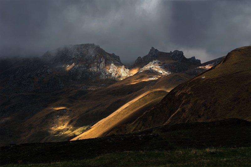 природа, пейзаж, горы, кавказ, природа россии, дикая природа, закат, свет, облака, вечер, весна, Сквозь мрачные небесаphoto preview