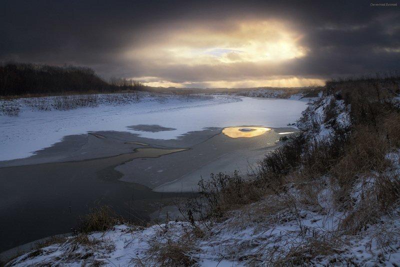 закат, осень, река, вечер, озеро, лед, обрыв, облака. Золотой светphoto preview