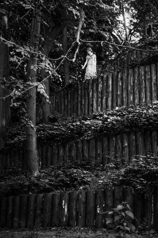 стена, девушка, черно-белое, парк Стенаphoto preview