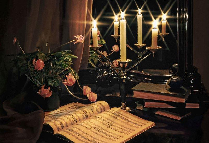Натюрморт, подсвечник, свечи, ноты, книги, цветы, цикламен, слива, зеркало, отражение Ноктюрнphoto preview