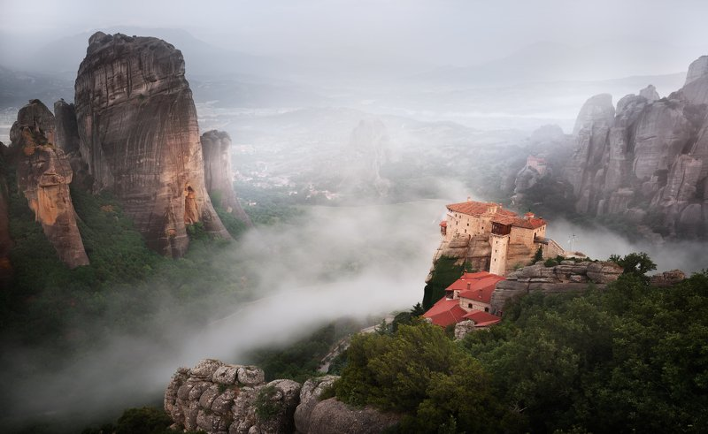 Мъгла обгръща скалните манастири - Метеора.photo preview