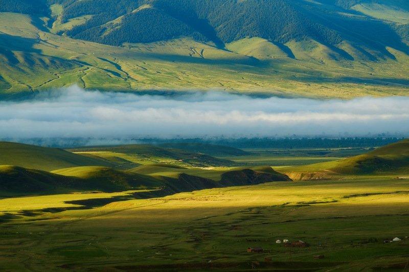 киргизия, кыргызстан, азия, горы, луг, скалы, пейзаж, лето, ущелье, джайлоо, пастбище, юрта, кочевник, туман, утро, рассвет Сказочная долинаphoto preview