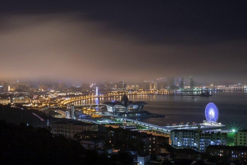 баку азербайджан город пейзаж ночь море бухта огни Ночной Баку примеряет на себя покрывало тумана .photo preview