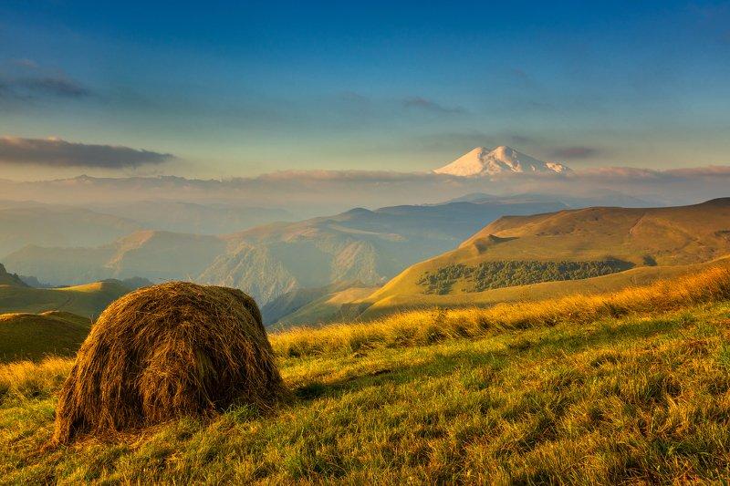 эльбрус, пейзаж, сено, стог, сенокос, горы, небо, облака, холмы, трава, шаджатмаз, Пейзаж с Эльбрусомphoto preview