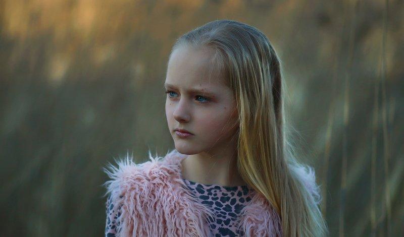 портрет, девочка, весна, волосы, крупный план, глаза, голубоглазая, блондинка, характер, цвет, жанр, свет, фотография Сюзаннаphoto preview