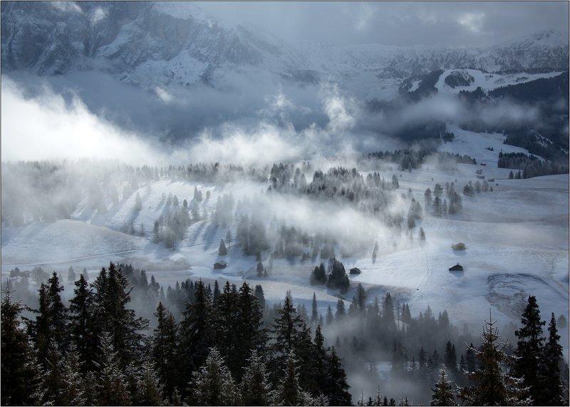 альпы доломитовые италия плато горы деревня туман облака Туманное утро на платоphoto preview