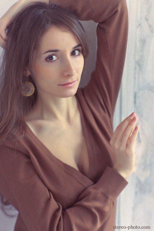 девушка, портрет у окнаphoto preview