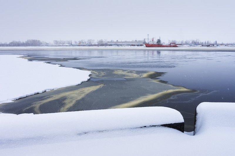 весна апрель утро снег лед льдины река вода корабль красный набережная город архангельск Апрельский лёдphoto preview