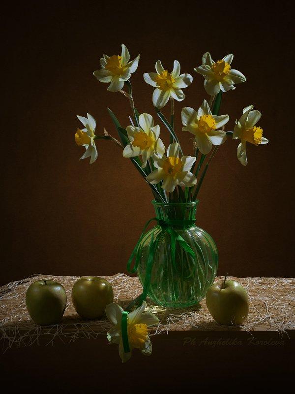 нарциссы и яблоки,,photo preview