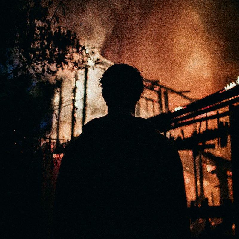 портрет, огонь, на фоне пожара. Нет, не оборачивайся.photo preview