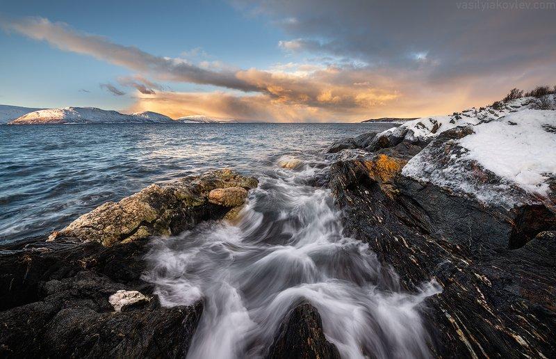 Вечер на берегу фьорда фото превью