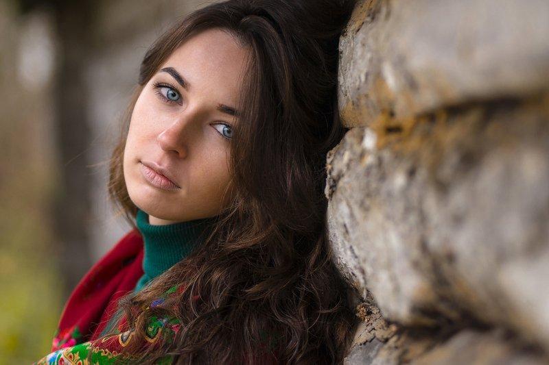 девушка взгляд бревна дерево платок зеленый красный Мне снятся сны...photo preview