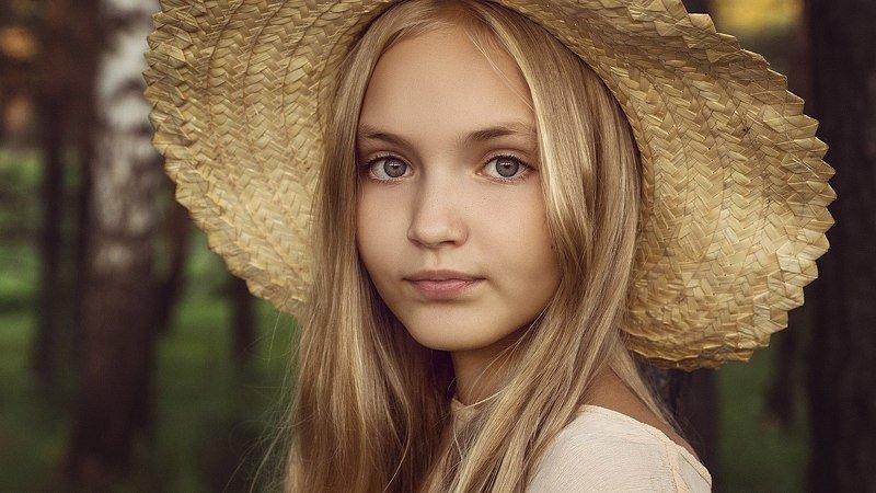 портрет, женский портрет, девушка, улыбка, глаза, естественный свет Девушка на опушкеphoto preview