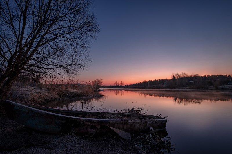 дубна, река, вода, пейзаж, дерево, лодка, утро, рассвет, весна, апрель, деревня Рассвет у разбитой лодкиphoto preview