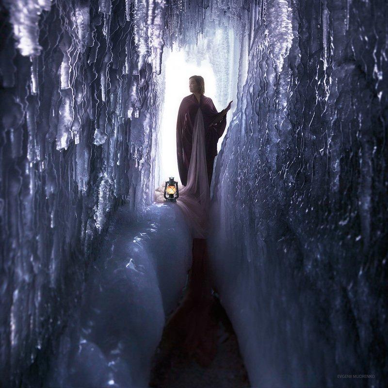 путешествие,лед,остров_ольхон,островольхон,ольхон,байкал,зима,весна,каникулы,отпуск,россия,сибирь Хозяйка ледяной пещерыphoto preview