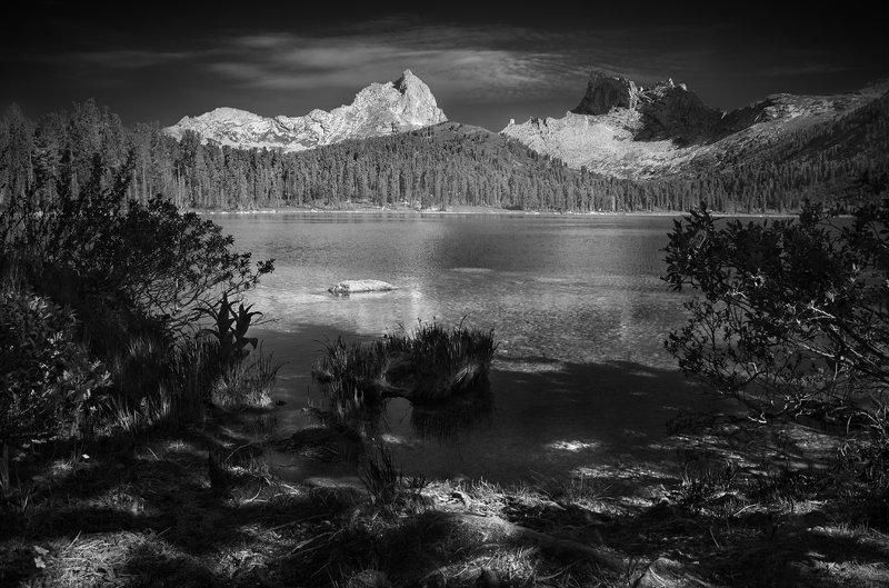 пейзаж, природа, чб, черно-белое, ергаки, саяны, россия, красноярский, озеро, берег, тени, горы, скалы, пики, путешествия, большой, красивая, тайга, высокий Светлоеphoto preview