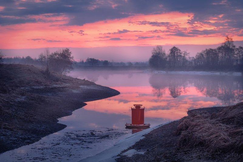 дубна, река, апрель, бакен, весна, вода, рассвет, небо, отражения, туман, пейзаж Отзимовавший бакенphoto preview