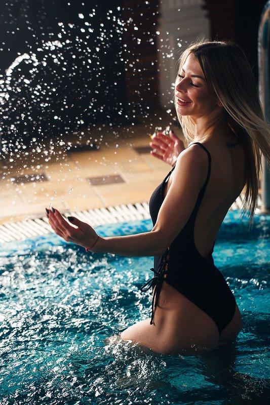 девушка, бассейн, вода, брызги, веселье photo preview