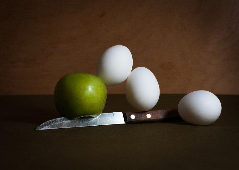 яйца, яблоко, баланс, натюрморт, стробизм, eggs, magic, apple, knife, still life, strobe light, магия, нож Яйца и яблоко.photo preview
