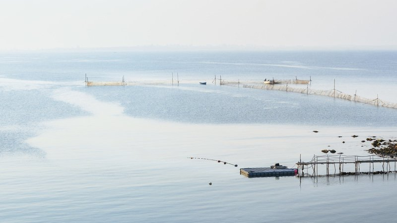 вечер, море, черное, мелкая, рябь, лодки, сети, мост, мостик, камни Лёгкой рябью дрожащее мореphoto preview