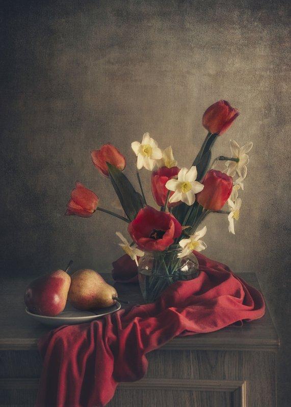 Цветы, тюльпаны, красная ткань, нарциссы, груши С красными грушамиphoto preview