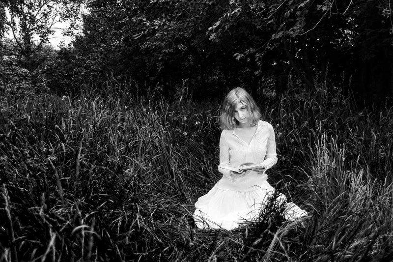 книга, девушка, природа, трава, поляна, зелень, черно-белое Книжкаphoto preview