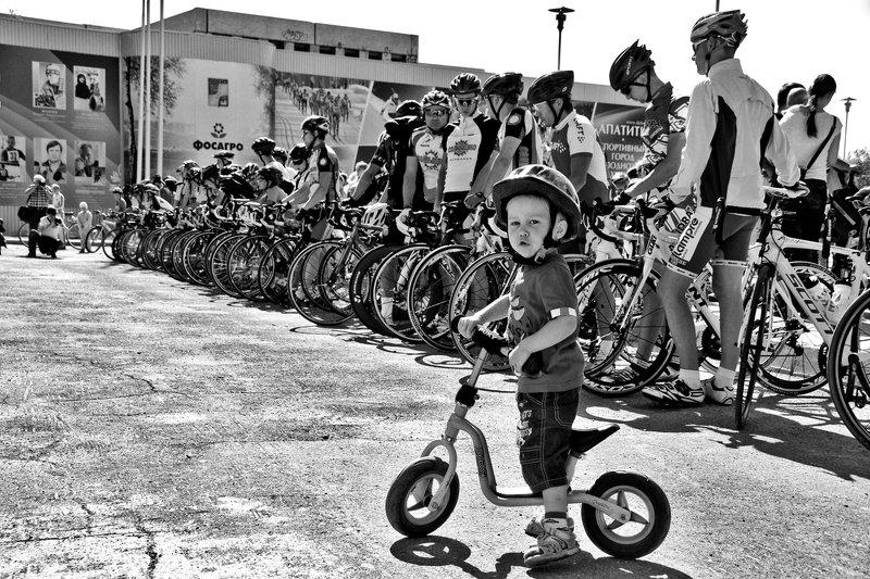 спорт, велосипед, парад, чб, апатиты На параде велосипедистовphoto preview