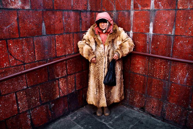 бездомная, женщина, шуба Бездомная в шубеphoto preview