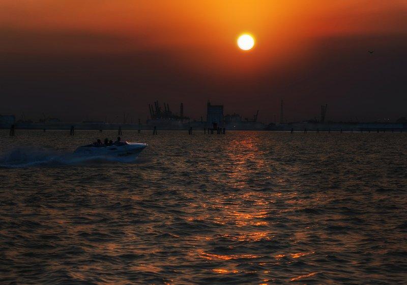вечер, море, закат, лодка Идущие к закатуphoto preview