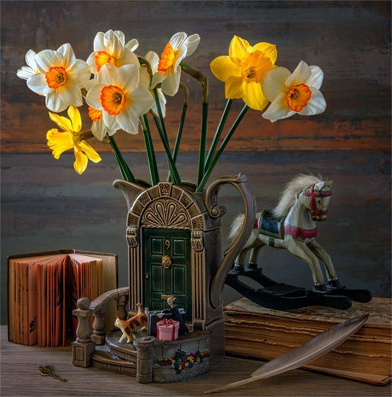 still life, натюрморт,    винтаж, ретро,    цветы,   нарциссы, букет, кувшин, игрушка, деревянная лошадка, книга, перо, ключ натюрморт с нарциссамиphoto preview