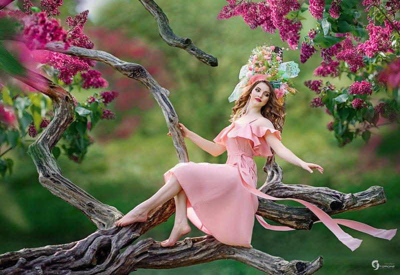 Девушка, сирень, ствол, ветви Дыхание весныphoto preview