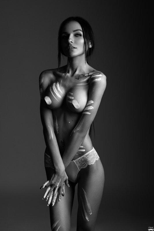 nude, woman, studio, paint, portrait, style, bw, black and white, monochrome paint mephoto preview