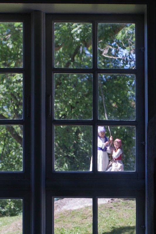 окно, берген, старый берген, путешествия, дети, девочка, качели Окно в Старом Бергенеphoto preview