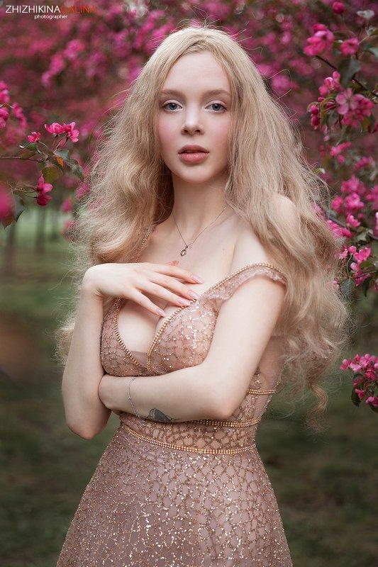 девушка, красивая, прикосновение, цветы, цветение, розовое, глаза, нежность, фотограф, москва, portrait, fce, girl, beauty, портрет Нежная пора  фото превью