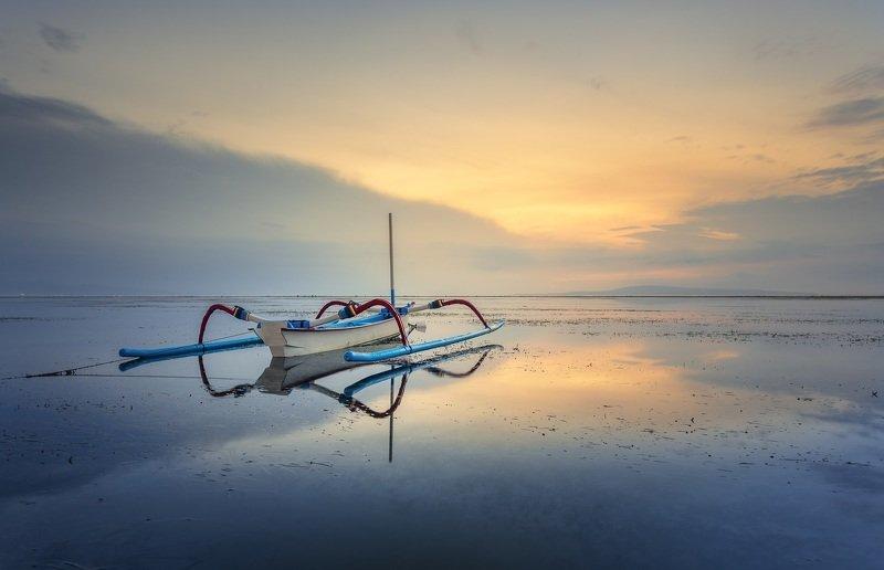 Лодка, рассвет, пляж Рассвет на пляже Санур. Балиphoto preview