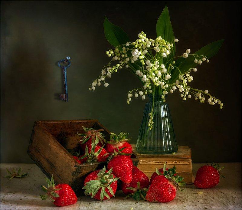 still life, натюрморт,    винтаж, ретро,    цветы,   ландыши, клубника, ягоды, еда, ключ натюрморт с клубникой и ландышамиphoto preview
