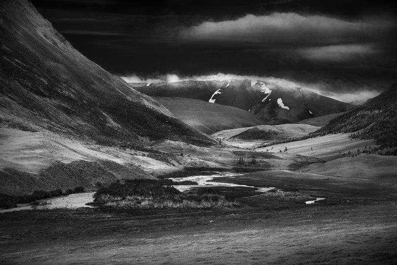 пейзаж, природа, горы, высокогорье, вершина, долина, ущелье, высота, алтай, сибирь, путешествие, туризм, склон, далекий, красивая, суровая, чб, чернобелый, Тархатаphoto preview