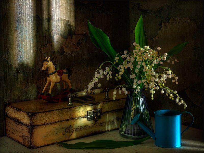 still life, натюрморт,    винтаж,    цветы,   ландыши,  игрушка, деревянная лошадка, шкатулка, лейка, натюрмортphoto preview