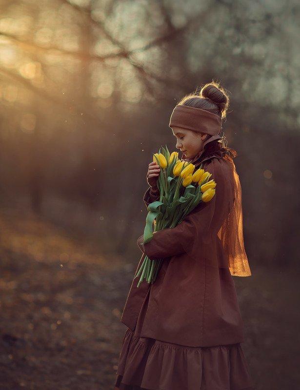 девочка, фотосессия в парке, детский фотограф, свет, солнце, тюльпаны, желтые Тюльпаныphoto preview
