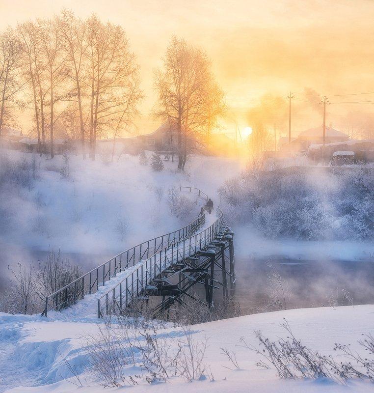 Морозный рассвет над парящей рекойphoto preview