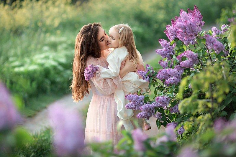 фотопрогулка, семейная фотосессия, весна, мама и дочка, семейная фотосессия, семейный фотограф, фотосессия, радость, счастье, детский и семейный фотограф, дети на фото, мама и малышка, девочка, семья, семейное фото, закат, вечер, сирень, крымская весна Мама и дочкаphoto preview