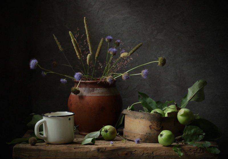 натюрморт, горшок, яблоки, кружка, трава, деревня Деревенские воспоминанияphoto preview
