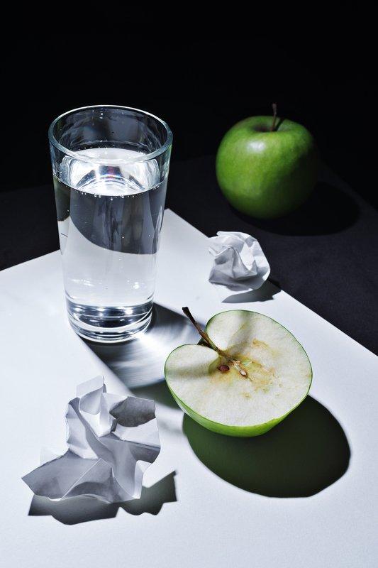 стакан, яблоко, контраст Реверансы Магритту.photo preview